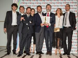 Reggono il premio, da sinistra a destra, Sergio Bracale, business development manager Payback, e Francesco Riganti, direttore marketing Mondadori Store