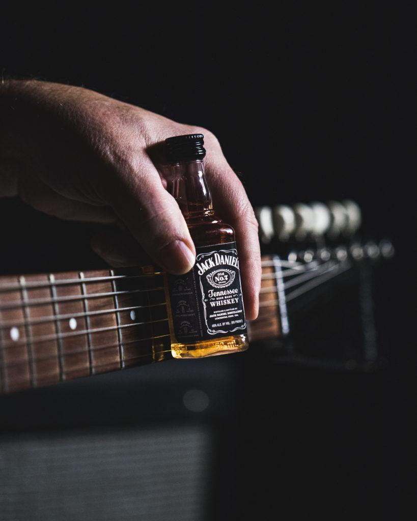 https://www.promotionmagazine.it/wp/wp-content/uploads/2020/09/Jack-Daniels-Every-Drop-Music-Guitar-Neck-819x1024.jpg